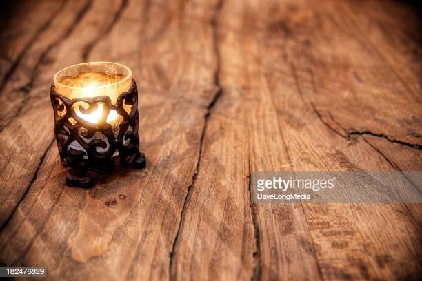 アンティーク風の木製テーブルやキャンドル