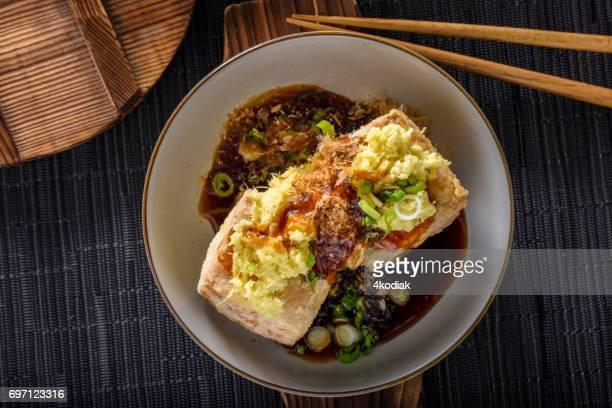 揚げ出し、揚げ、豆腐の地上のショウガ、ネギ、醤油