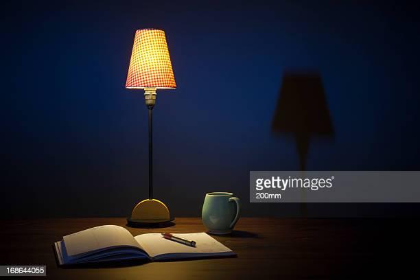 Agenda libro Pan e una tazza di caffè sulla scrivania