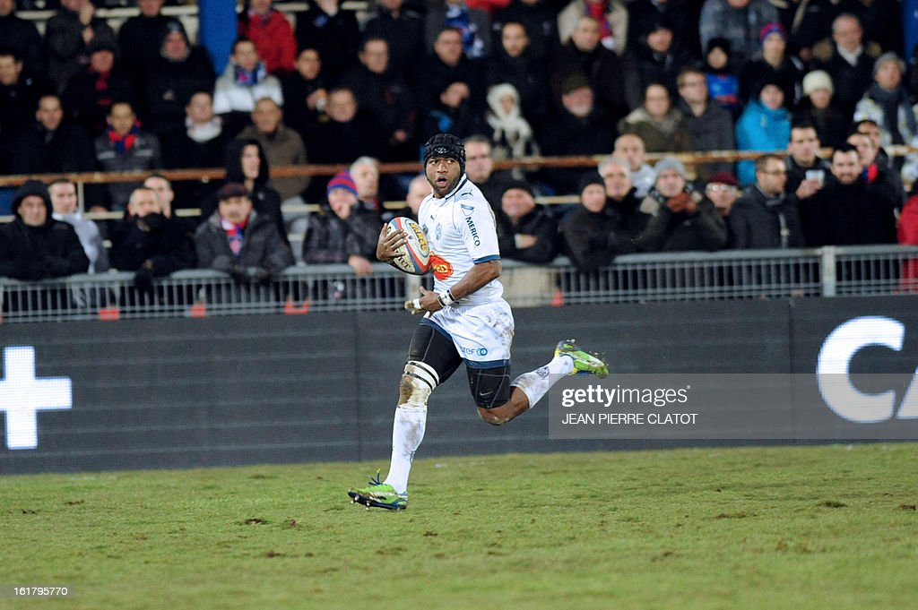 Agen's Fidjian winger Saimon Vaka breaks away to score a try during the French Top 14 rugby union match Grenoble (FCG) vs Agen (SU) on February 16, 2013 at the Stade Lesdiguieres in Grenoble. AFP PHOTO / Jean Pierre Clatot