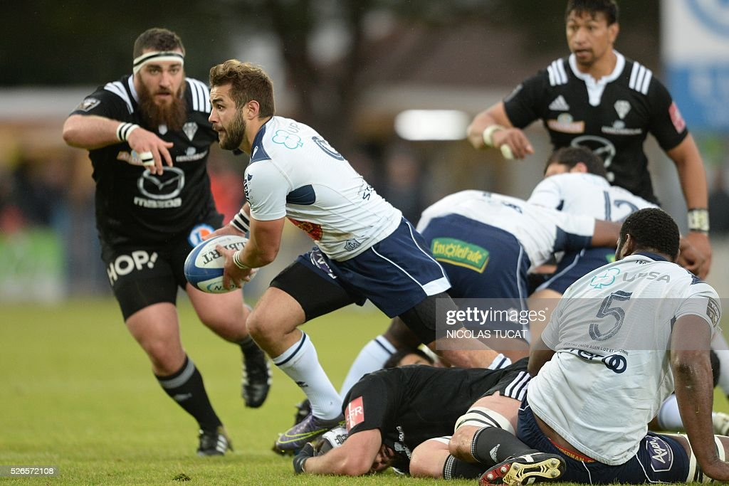 Agen's French scrumhalf Paul Abadie (L) runs with the ball during the French Top 14 rugby union match between Agen and Brive on April 30, 2016 at the Armandie stadium in Agen, southwestern France.