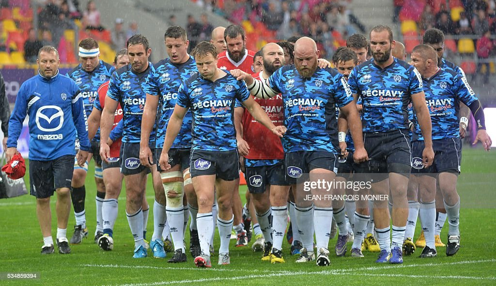Agen's players leave the pitch after warming up prior to the French Top 14 rugby union match between Agen and Stade Français, on May 27, 2015, at the MMArena Stadium in Le Mans, northwestern France.