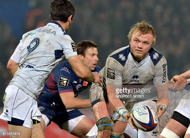 Agen's Welsh flanker Luke Hamilton passes the ball during the French Top 14 rugby union match between Union BordeauxBegles and SU Agen at...