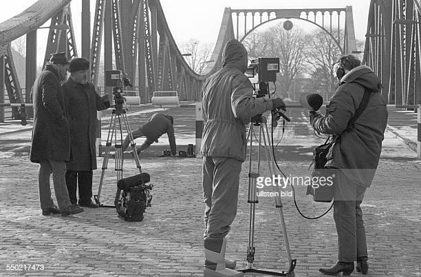 Agentenbrücke Berlin 04 01 1986 Foto Wartende Journalisten am Schlagbaum An der Glienicker Brücke dem Grenzübergang der alliierten Militärmissionen...