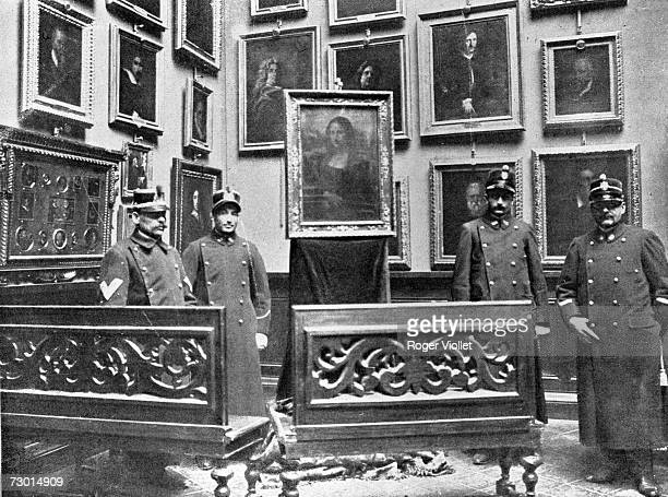 Agents and barrier of arranged benches around the Mona Lisa in the Museum of the Offices of Florence in 1913 to protect her following the theft of...