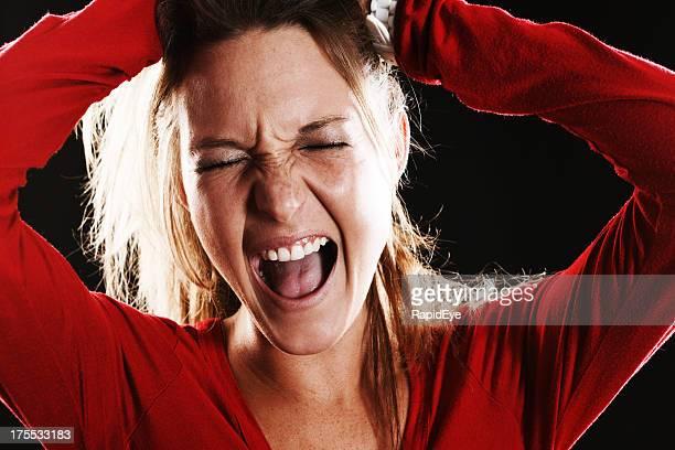 Agony またはエクスタシー:若いブロンド聞いて、手を頭