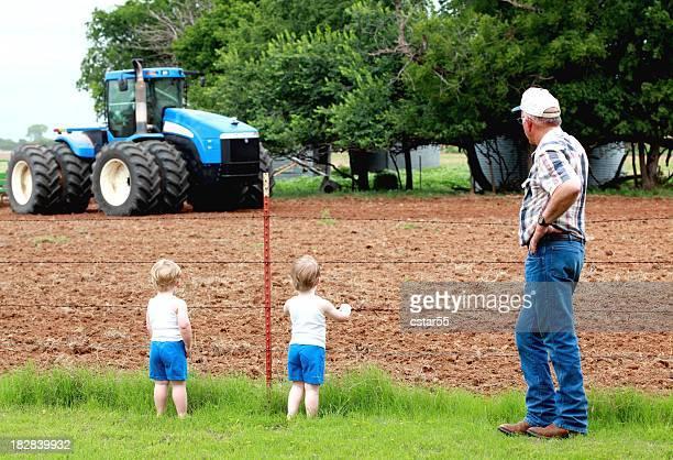 Agriculture : Grandpa et deux garçons sur la ferme avec tracteur et field