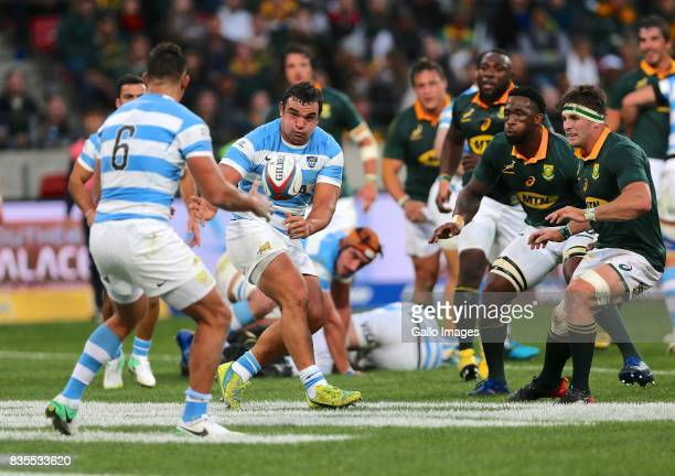 Agustin Creevy of Argentina passes to Pablo Matera during the Rugby Championship match between South Africa and Argentina at Nelson Mandela Bay...