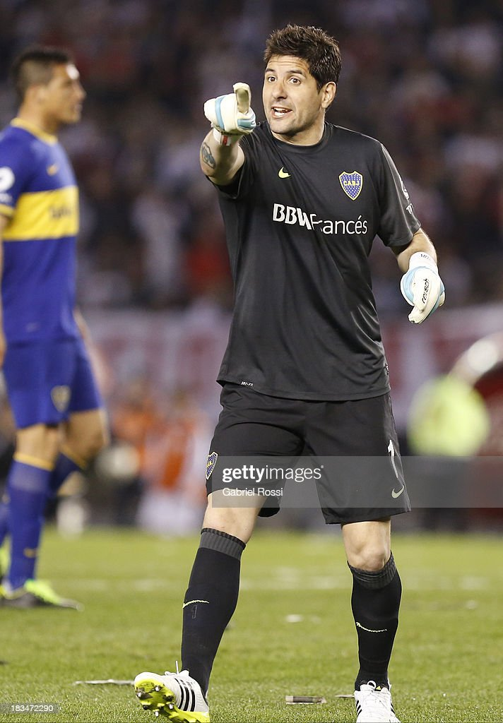 <a gi-track='captionPersonalityLinkClicked' href=/galleries/search?phrase=Agustin+Orion&family=editorial&specificpeople=2498311 ng-click='$event.stopPropagation()'>Agustin Orion</a> of Boca Juniors gestures to the lineman during a match between River Plate and Boca Juniors as part of the Torneo Inicial 2013 at the Antonio Vespusio Liberti Stadium on October 06, 2013 in Buenos Aires, Argentina.