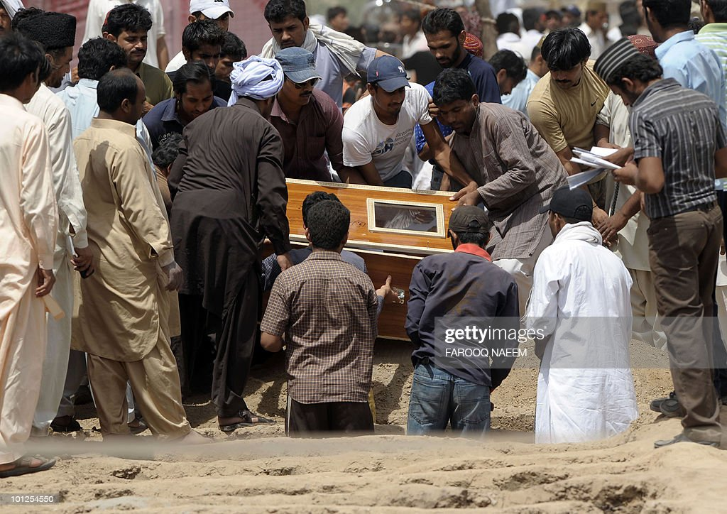 Ahmadi Pakistanis burry a victim of yesterday's religious attack at an Ahmadi graveyard in Rabwa on May 29, 2010, a spiritual centre for the Ahmadi community in Pakistan about 160 kilometre west of Lahore. Victims of deadly May 28 attacks on two Pakistani mosques were buried separately after community members cancelled a mass funeral for more than 80 people, fearing further attacks. AFP PHOTO/Farooq NAEEM