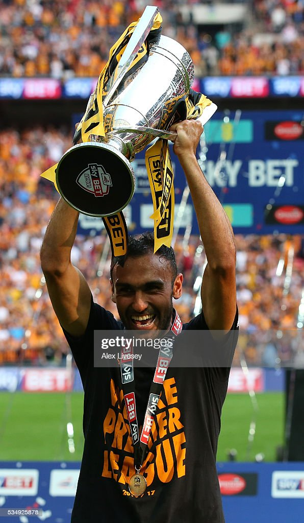 <a gi-track='captionPersonalityLinkClicked' href=/galleries/search?phrase=Ahmed+Elmohamady&family=editorial&specificpeople=7140369 ng-click='$event.stopPropagation()'>Ahmed Elmohamady</a> of Hull City celebrates with the trophy after the Sky Bet Championship Play Off Final match between Hull City and Sheffield Wednesday at Wembley Stadium on May 28, 2016 in London, England.