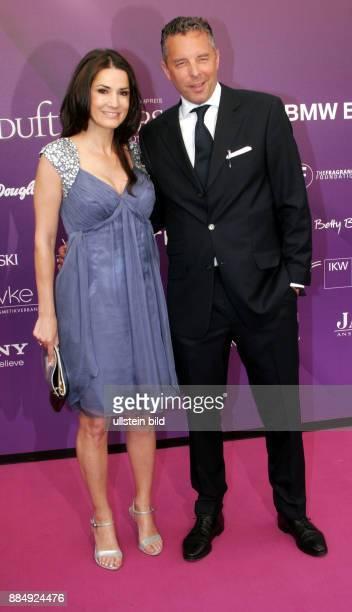 Ahrens Mariella Schauspielerin D mit Ehemann Patrick Graf von FaberCastell anlaesslich Verleihung der Duftstars im Temodrom in Berlin