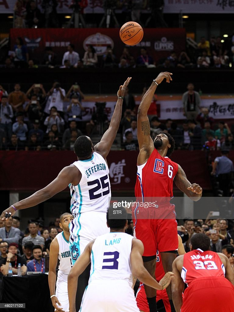 Ai Jefferson (center L) of the Charlotte Hornets faces off with DeAndre Jordan (center R) of the Los Angeles Clippers for a jump ball during their 2015 NBA Global Games China pre-season basketball match at the Shenzhen Universiade Center in Shenzhen, in southern China's Guangdong province on October 11, 2015. CHINA