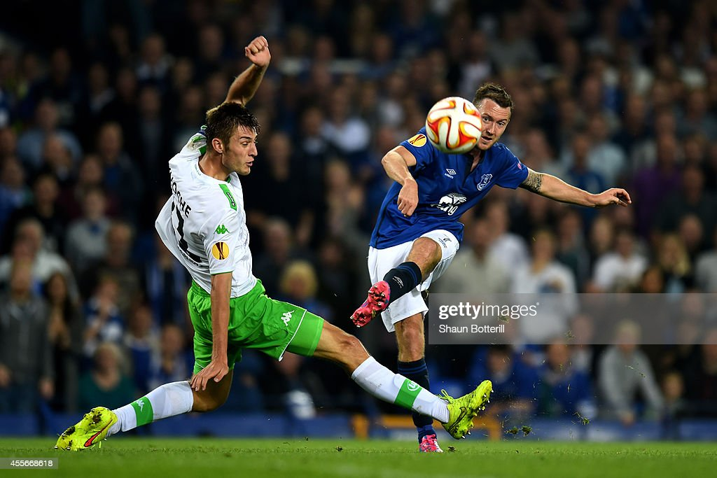 Aidan McGeady of Everton takes a shot on goal past the outstretched Robin Knoche of VfL Wolfsburg during the UEFA Europa League Group H match between Everton and VFL Wolfsburg on September 18, 2014 in Liverpool, United Kingdom.