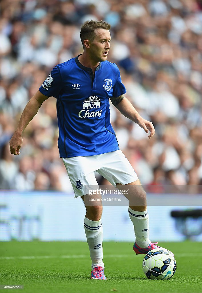 <a gi-track='captionPersonalityLinkClicked' href=/galleries/search?phrase=Aiden+McGeady&family=editorial&specificpeople=713430 ng-click='$event.stopPropagation()'>Aiden McGeady</a> of Everton in action during the Barclays Premier League match between West Bromwich Albion and Everton at The Hawthorns on September 13, 2014 in West Bromwich, England.