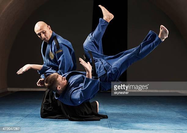 Aikido tirando técnica.
