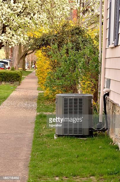 Unidad de aire acondicionado, cerca de la acera