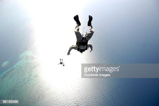 U.S. Air Force pararescuemen conducting a pararescue training jump from an HC-130 Hercules. : Foto de stock