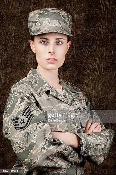 La Fuerza Aérea de los Estados Unidos serie: American Airwoman contra fondo marrón oscuro