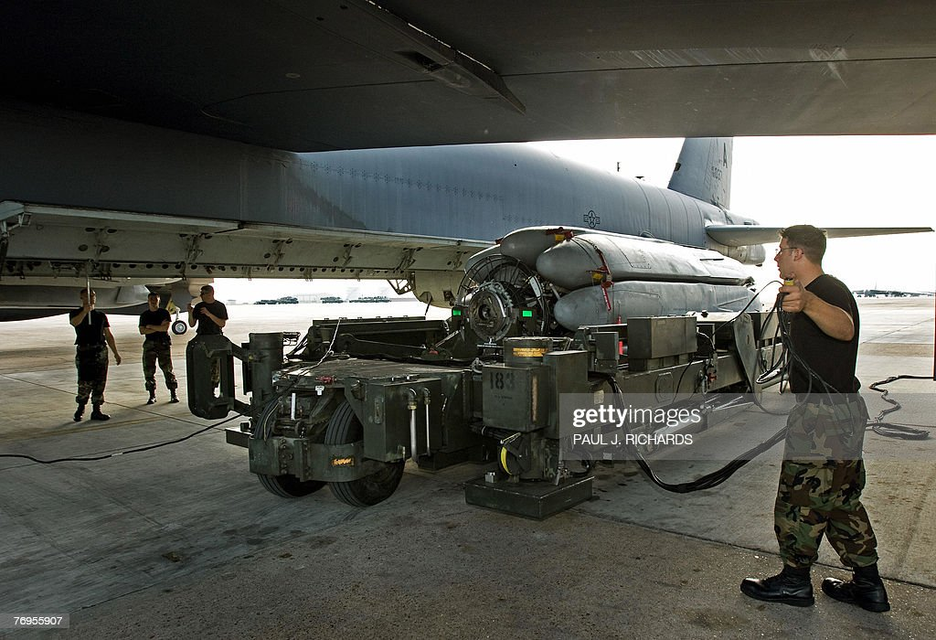 air-force-weapons-loaders-maneuver-a-com
