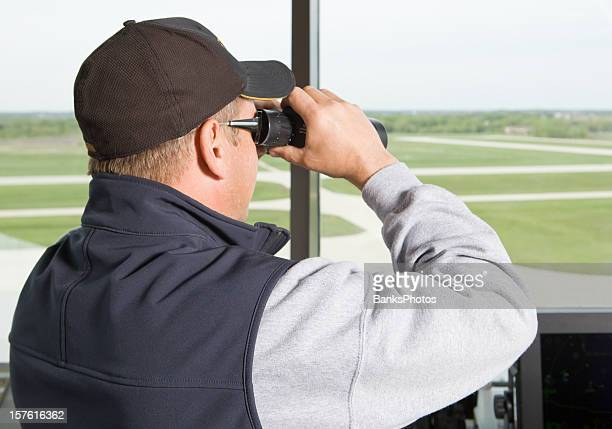 Air Traffic Controller Blick auf die Start- und Landebahn mit Fernglas