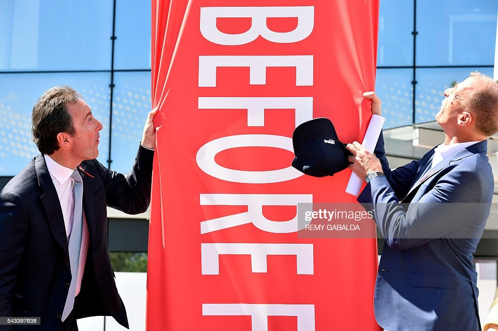 Airbus Group President and Chief Executive Officer Fabrice Bregier (L) and CEO Tom Enders unveil together the new headquarters of Airbus Group during an inauguration ceremony on June 28, 2016 in Blagnac, on the outskirts of Toulouse. President / AFP / Rémy GABALDA