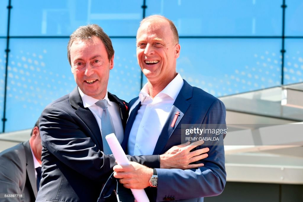 Airbus Group President and Chief Executive Officer Fabrice Bregier (L) and CEO Tom Enders pose together during the inauguration ceremony of the new headquarters of Airbus Group on June 28, 2016 in Blagnac, on the outskirts of Toulouse. President / AFP / Rémy GABALDA