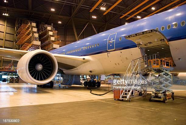 Aviões estacionados em uma Hangar para manutenção