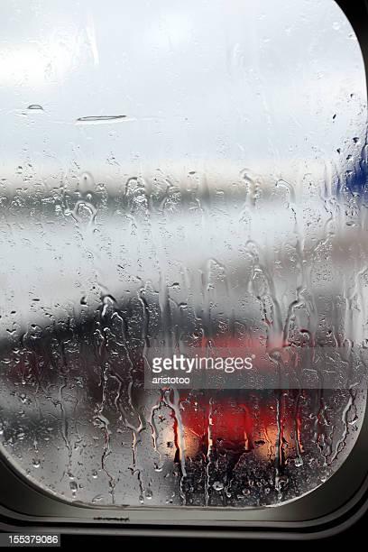 Avion fenêtre. Landing à la pluie