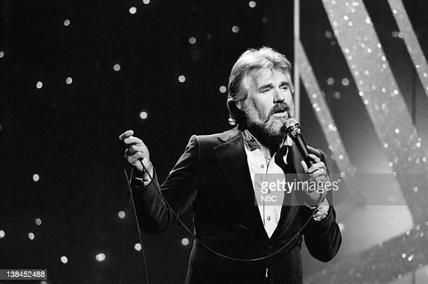 Singer Kenny Rogers performs on November 16 1978