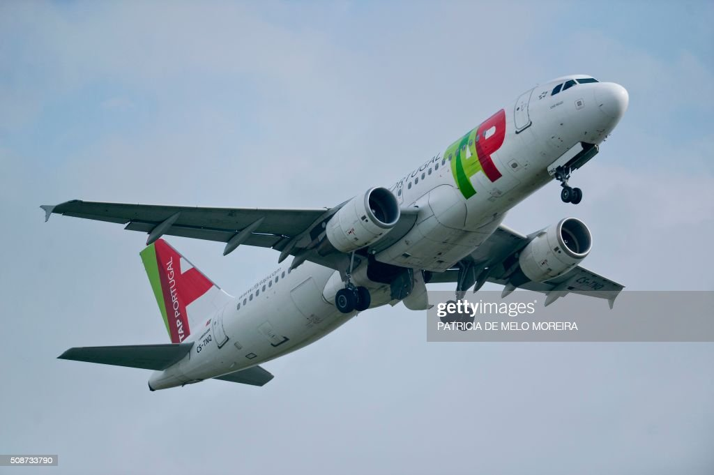 A TAP airline plane takes-off from Lisbon's Airport on February 6, 2016. Portugal's new Socialist government said Saturday it had lifted its stake in TAP to 50 percent from 39 percent in line with a manifesto pledge targeting re-nationalisation. AFP PHOTO / PATRICIA DE MELO MOREIRA / AFP / PATRICIA DE MELO MOREIRA