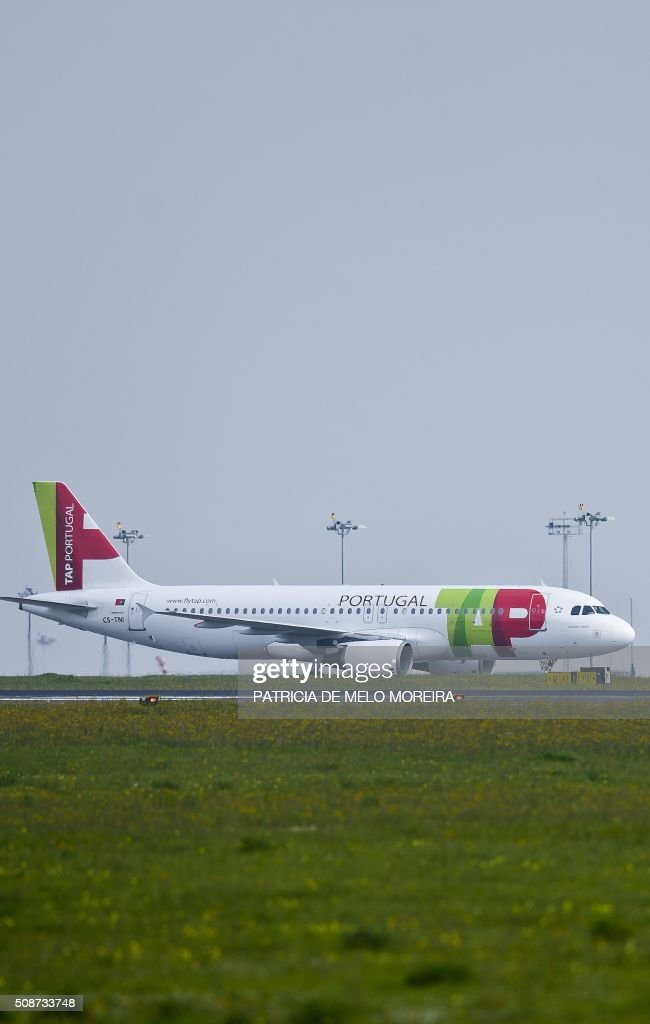 A TAP airline plane taxis at Lisbon's Airport on February 6, 2016. Portugal's new Socialist government said Saturday it had lifted its stake in TAP to 50 percent from 39 percent in line with a manifesto pledge targeting re-nationalisation. AFP PHOTO / PATRICIA DE MELO MOREIRA / AFP / PATRICIA DE MELO MOREIRA