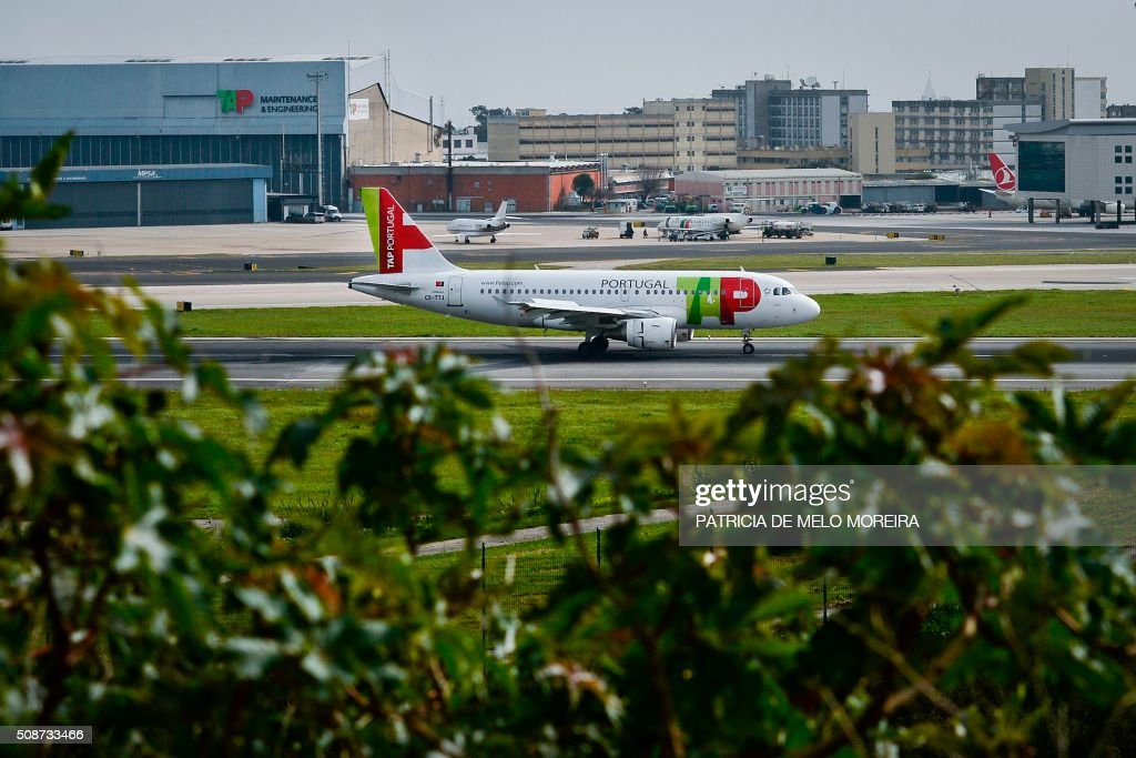 A TAP airline taxis at Lisbon's Airport on February 6, 2016. Portugal's new Socialist government said Saturday it had lifted its stake in TAP to 50 percent from 39 percent in line with a manifesto pledge targeting re-nationalisation. AFP PHOTO / PATRICIA DE MELO MOREIRA / AFP / PATRICIA DE MELO MOREIRA