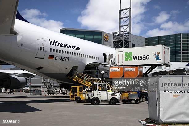 Verkehrsflugzeug vollgepackt, Energie und bereit für den Flug