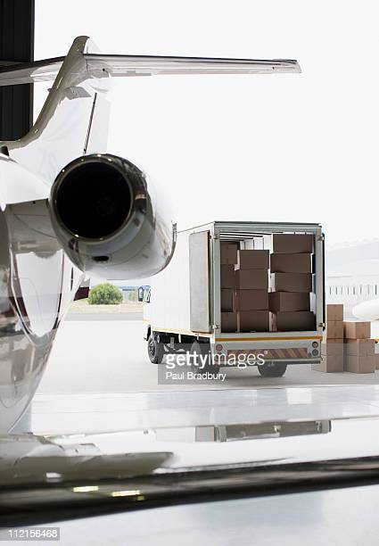 Flugzeug und Lkw vollgepackt mit Kartons