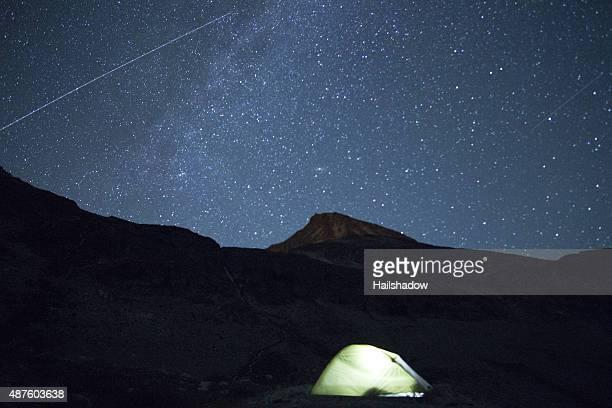 Aereo Traccia di luce sotto il cielo stellato di notte