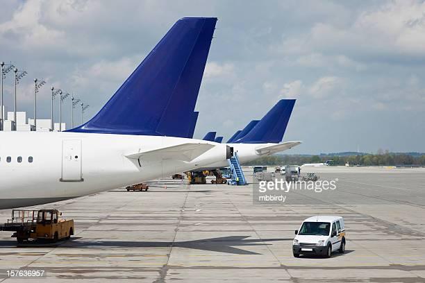 Flugzeug auf dem Flughafen beim Laden