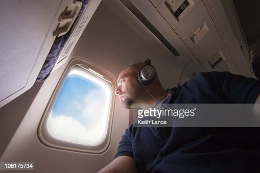 Avión de pasajeros mirando por la ventana