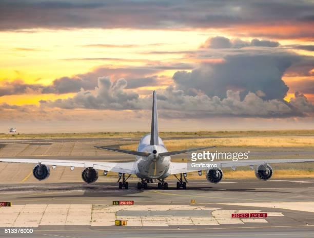 Flugzeug stehen am Flugplatz warten am Flughafen Frankfurt
