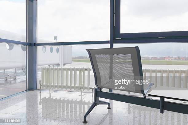 Flughafen Wartebereich mit Sitzplätzen und Blick auf die Startbahn