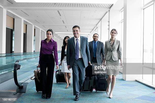 Flughafen mit Business-Team-Kollegen zu Fuß, ziehen Gepäck