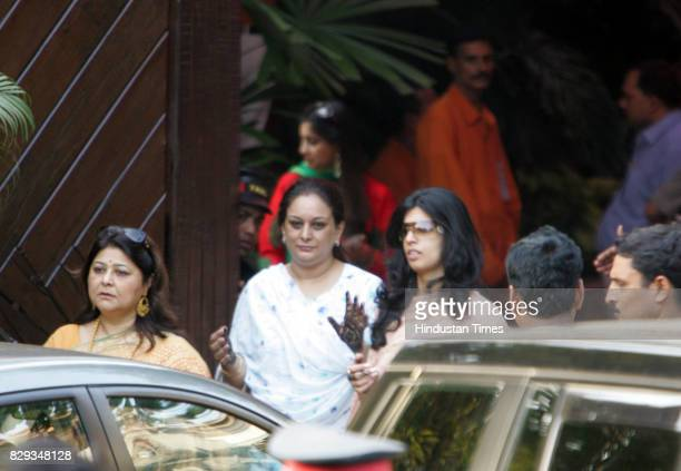 Aishwarya and Abhishek Bachchan Wedding Women coming out from Jalsa with mehendi on their hands