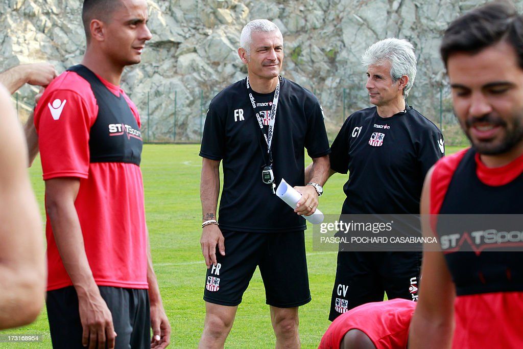 Ajaccio's L1 football club head coach, Italy's Fabrizio Ravanelli (C-L) and assistant coach Gianpiero Ventrone (C-R) chat during a training session on July 9, 2013 in Ajaccio, French Mediterranean island of Corsica. AFP PHOTO / PASCAL POCHARD-CASABIANCA