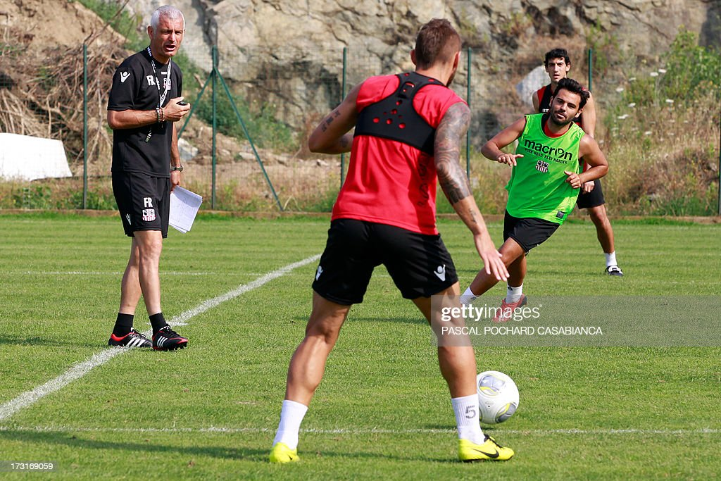 Ajaccio's L1 football club head coach, Italy's Fabrizio Ravanelli (L) gives insructions to his players during a training session on July 9, 2013 in Ajaccio, French Mediterranean island of Corsica. AFP PHOTO / PASCAL POCHARD-CASABIANCA