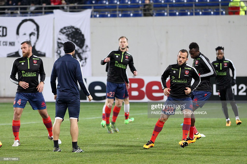 Ajaccio's players warm up prior to the L1 football match between Gazelec Ajaccio (GFCA) and Guingamp (EAG) on February 6, 2016, at the Ange Casanova stadium in Ajaccio, French Mediterranean island of Corsica. AFP PHOTO / PASCAL POCHARD CASABIANCA / AFP / PASCAL POCHARD-CASABIANCA