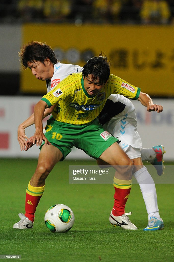 Akihiro Hyodo #10 of JEF United Chiba and Shun Morishita #3 of Yokohama FC compete for the ball during the J.League second division match between JEF United Chiba and Yokohama FC at Fukuda Denshi Arena on June 15, 2013 in Chiba, Japan.