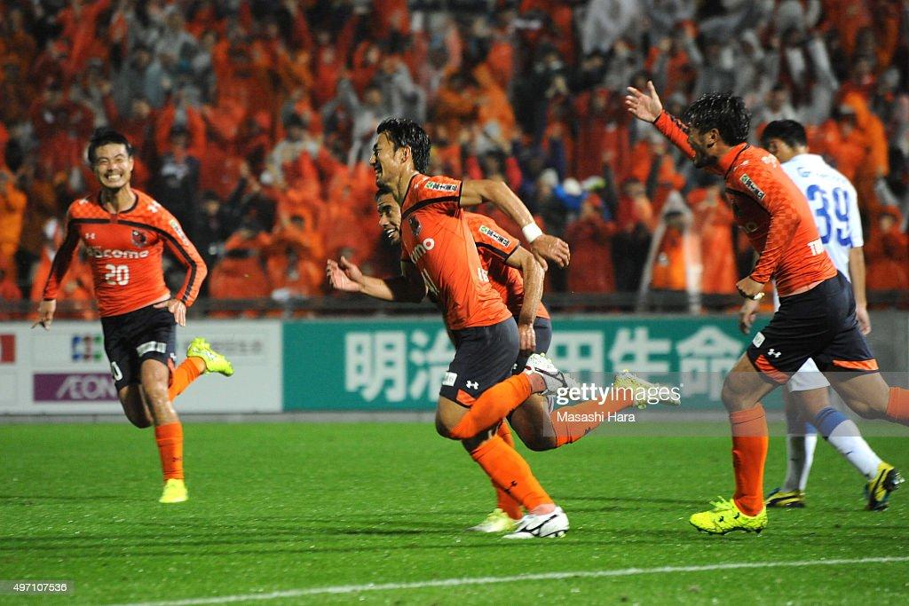 Akihiro Ienaga of Omiya Ardija celebrates the third goal during the J.League second division match between Omiya Ardija and Oita Trinita.Omiya won the promotion to the J1 next season.At the Nack 5 Stadium Omiya on November 14, 2015 in Saitama, Tokyo, Japan.