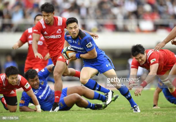 Akihito Yamada of Panasonic Wild Knights runs with the ball on his way to scoring a try in the second half of a Japan Rugby Top League game against...