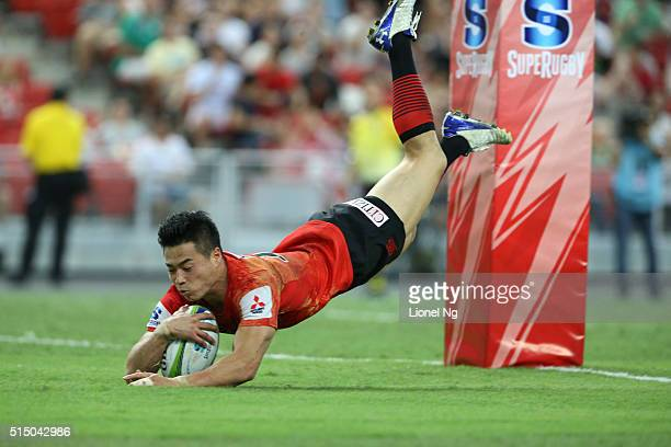 Akihito Yamada of Sunwolves scores a try during the round three Super Rugby match between the Japan Sunwolves and the Cheetahs at Singapore National...