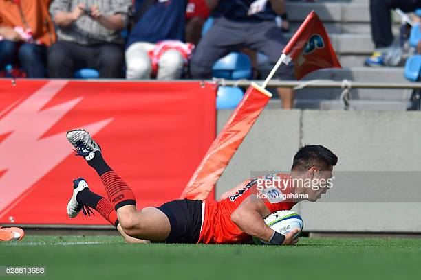 Akihito Yamada of Sunwolves scores the try during the round 11 Super Rugby match between the Sunwolves and the Force at Prince Chichibu Stadium on...